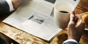 articolo di fondo uomo legge giornale